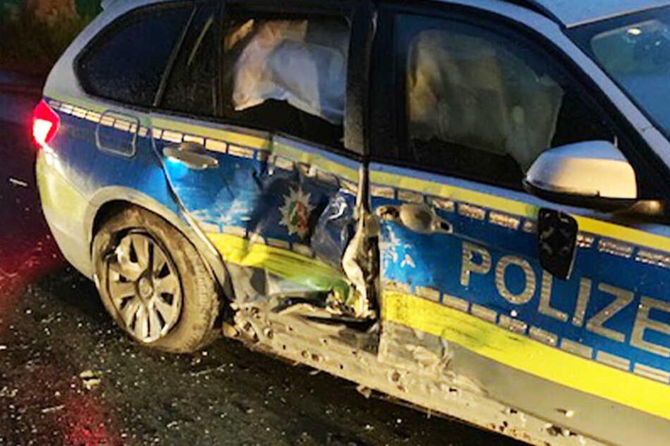 Flucht vor Polizei endet mit Unfall: Junge Frau kracht mit Auto gegen Streifenwagen