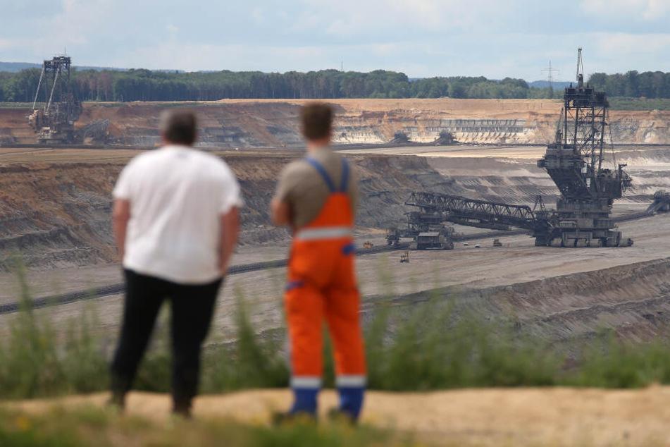 Zwei Männer am Rande des Braunkohle-Tagebaus.