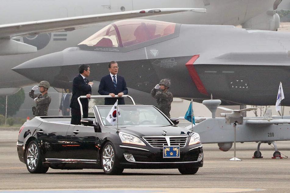 Moon Jae In fährt an einem Tarnkappenbomber des Typs F-35A vorbei.