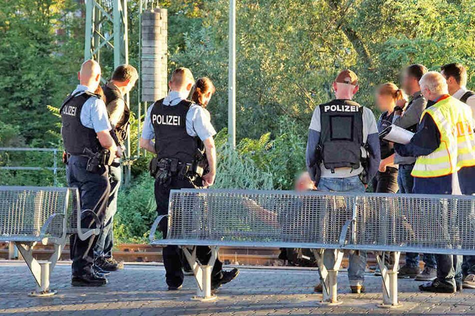 Ein Mann ist in Esslingen am Neckar bei einem Streit ins Gleisbett gefallen und von einer S-Bahn lebensgefährlich verletzt worden.