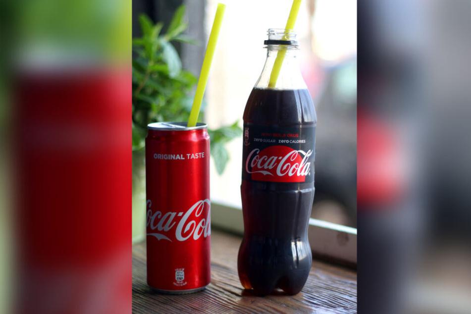 Eine Kamera in einer Cola-Flasche steht im Fenster eines Altenheimes am Hamburger Schanzenpark. Angeordnet wurde die Observation vom Polizeipräsidenten, wie der Senat nun mitteilt.