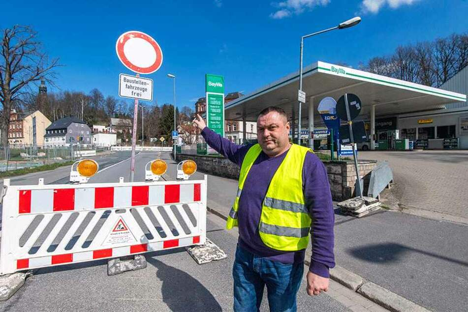 """""""Autofahrer umfahren die Baustelle über meine Tankstelle"""": Sergej Schumacher (40) ist verärgert."""