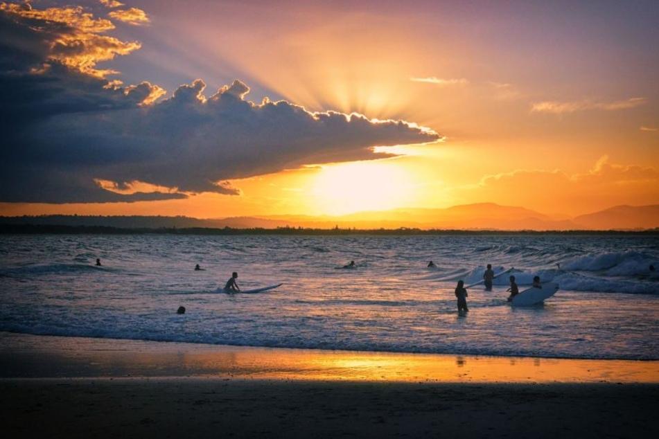 Nachdem man am Strand von Byron Bay den Sonnenuntergang beobachtet hatte, wurden zwei Frauen unter Drogen gesetzt und vergewaltigt.