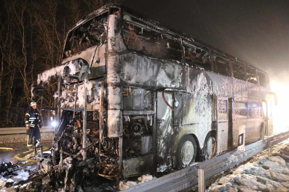 Das ausgebrannte Wrack des Reisebusses.