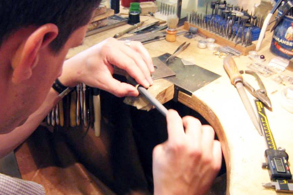 Wer sich schon immer mal ein individuelles Schmuckstück kreieren wollte, ist bei Klaus Rünger goldrichtig.
