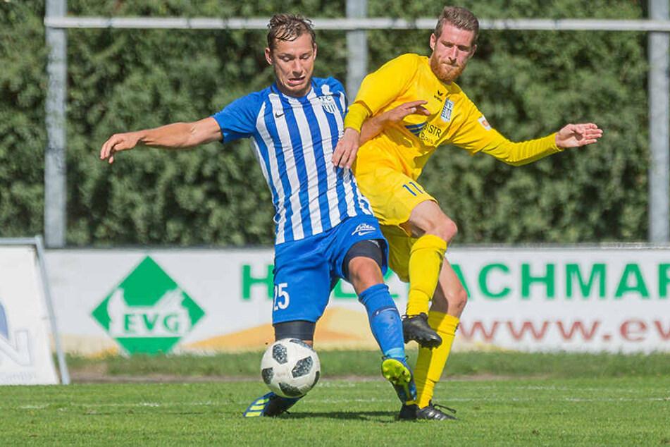 Robert Koch (l.) im Trikot des FC Oberlausitz Neugersdorf im Zweikampf mit dem Bischofswerdaer Tim Cellarius.