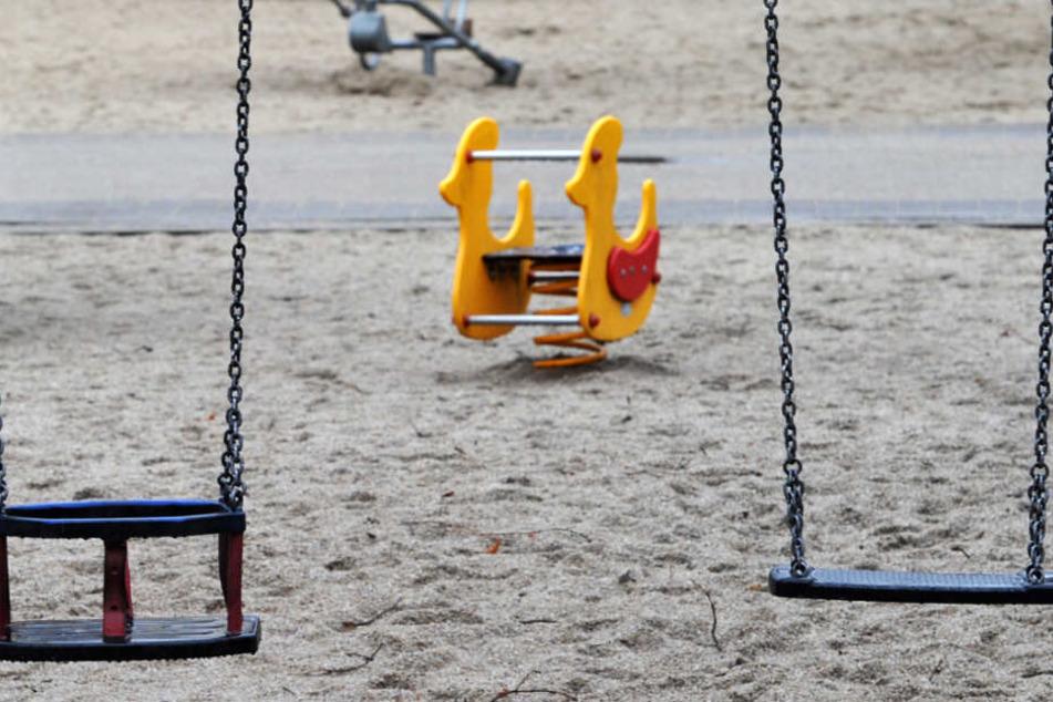 Mann onaniert auf Spielplatz und greift Polizei an