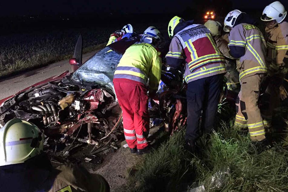 Mit schweren Geräten musste die Feuerwehr den 18-Jährigen befreien.