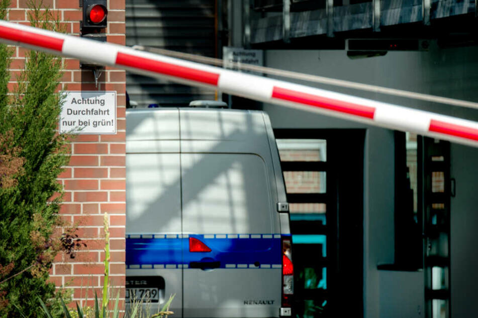 Ein Gefangenentransporter bringt Niels Högel zum Gerichtsprozess.