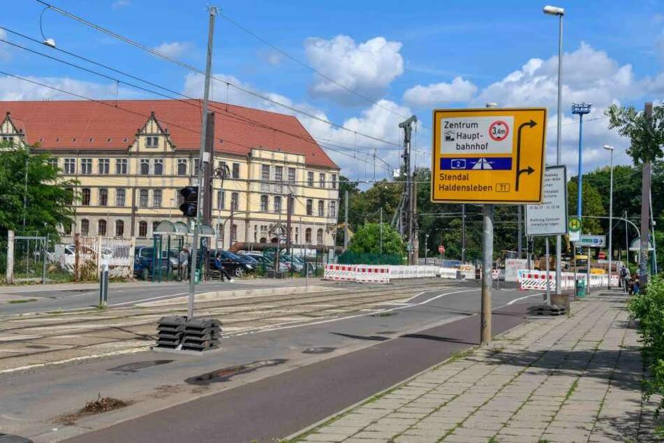 In einer Magdeburger Straßenbahn wurde ein 22-jähriger Mann von bis zu sieben Personen angegriffen, nachdem er diese aufgefordert hatte, das Inventar der Bahn nicht weiter sinnlos zu zerstören.