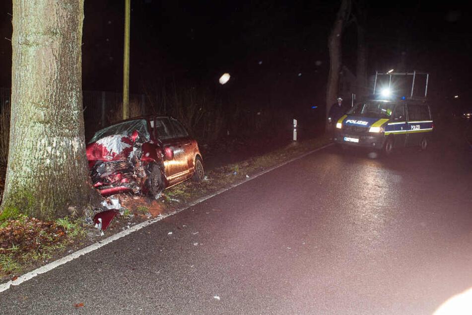 Das Auto krachte frontal gegen einen Baum.