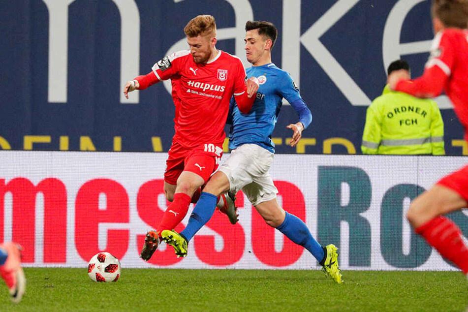 HFC-Stürmer Mathias Fetsch (l.) wird von Hansa-Verteidiger Julian Rieble bedrängt.