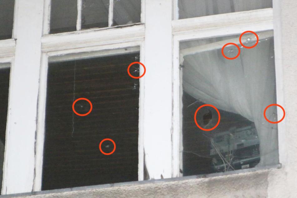 Deutlich sind die von TAG24 eingekreisten Einschusslöcher in den Fenstern zu erkennen.