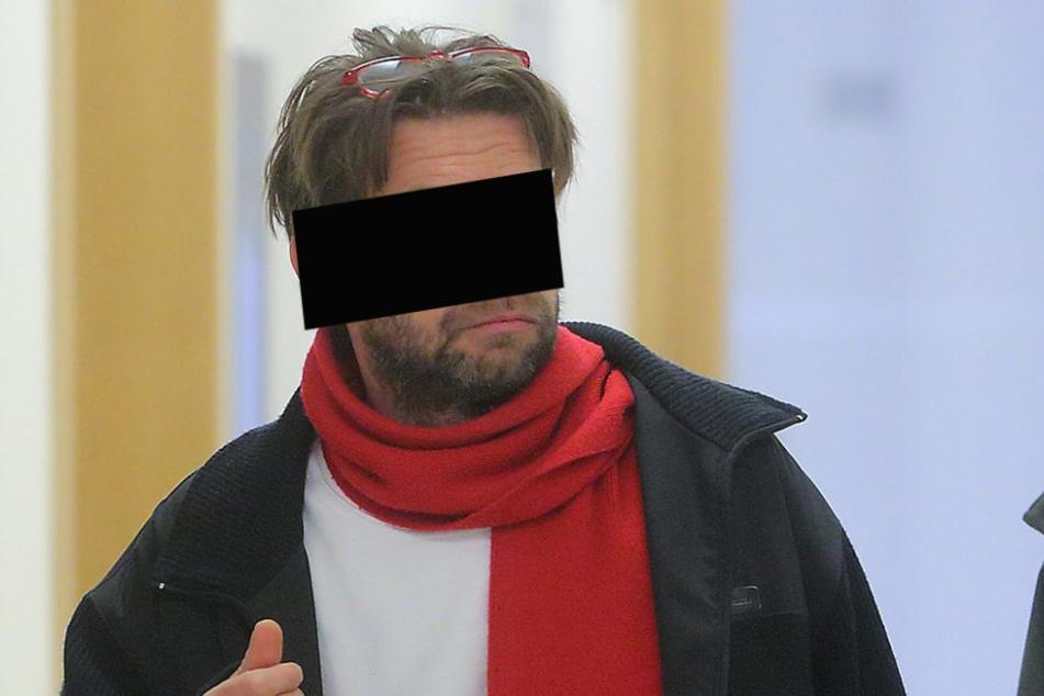 René A. (46) pfefferte eine Bierflasche auf das Auto einer Anwohnerin.
