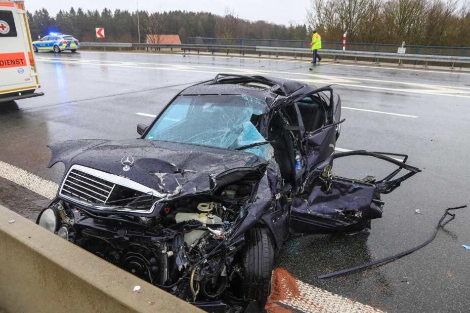 Nach dem Zusammenstoß mit dem Lkw krachet der Mercedes gegen die Betonwand.