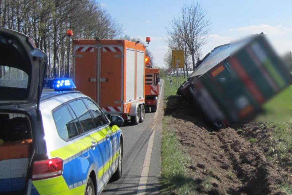 Im Graben kippte der Lastwagen auf die Seite.