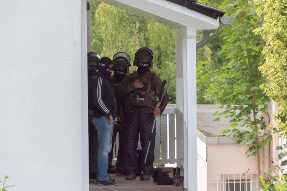 Spezialkräfte vor dem Haus in Seevetal.
