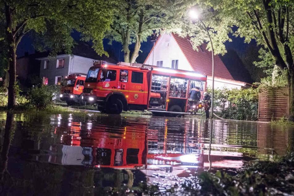 Pumpen im Dauereinsatz: Die Feuerwehr im Kampf gegen das Wasser in Lohbrügge.