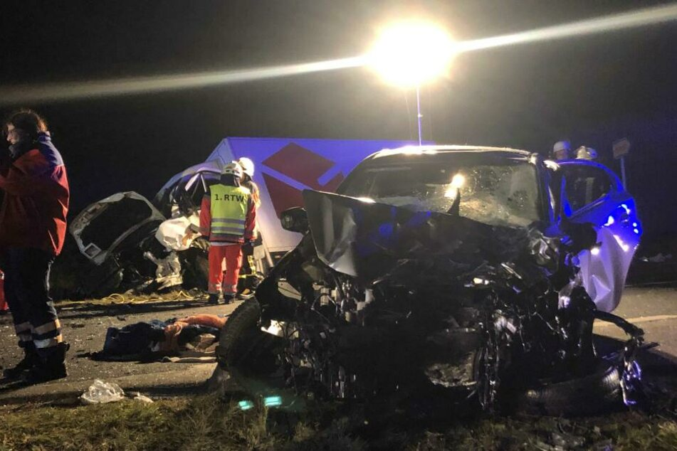 Tödlicher Unfall: Mazda-Fahrerin (81) kracht mit Transporter zusammen