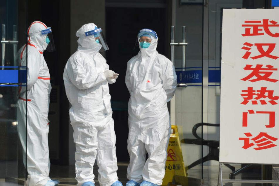 Medizinisches Personal in Schutzanzügen wartet in der zentralchinesischen Provinz Anhui am Eingang einer Klinik für Fieberpatienten und Patienten aus Wuhan.
