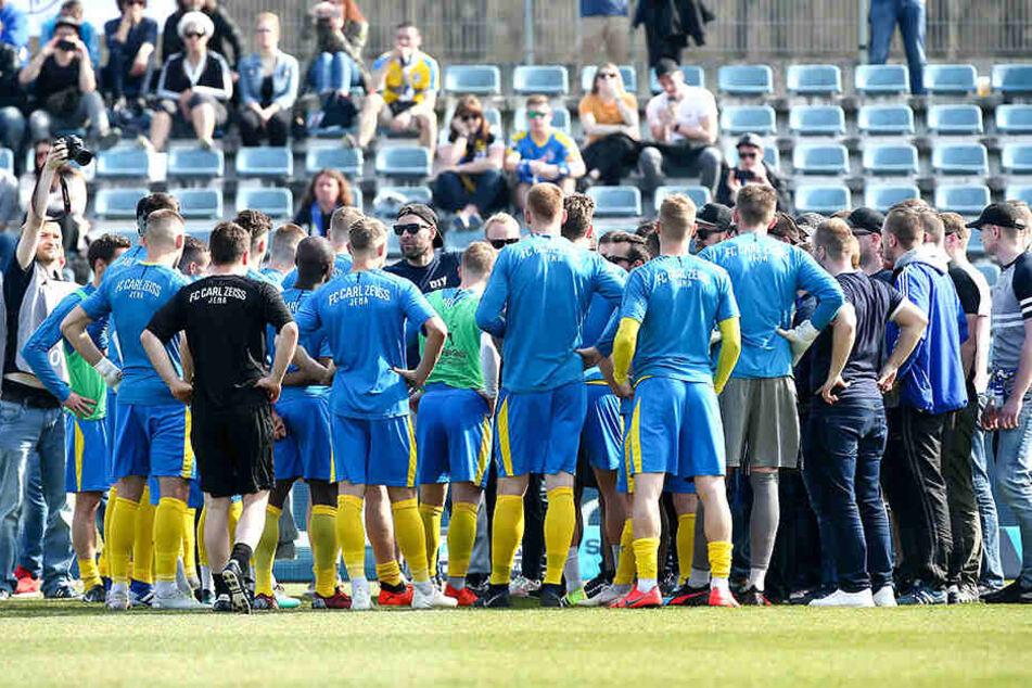 Beim letzten Heimspiel gegen den KFC Uerdingen wurde die Jenaer Mannschaft von einem Ultra auf das Ziel Klassenerhalt eingeschworen.