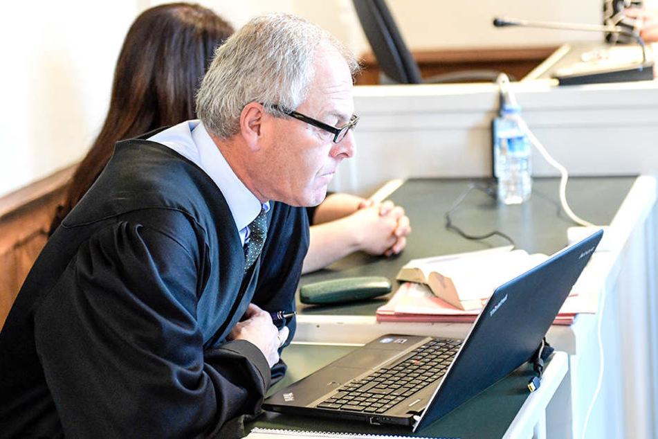 Verteidiger Uwe Bartscher vertritt die Angeklagte im Prozess wegen Todes an einem Vierjährigen.