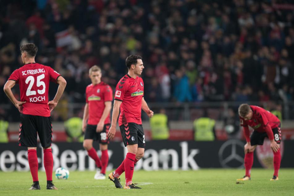 Die Spieler des SC Freiburg stehen nach der 3:0 Niederlage auf dem Platz.
