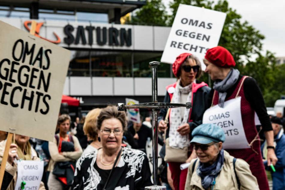 """Teilnehmer der Initiative """"Omas gegen Rechts"""" am Breitscheidplatz."""