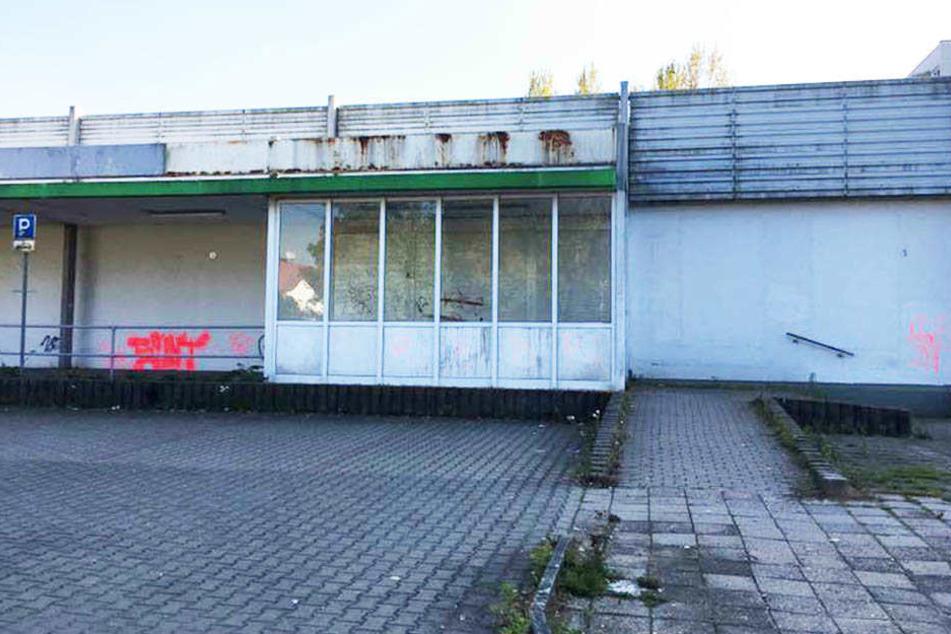 Seit Ende April steht die Kaufhalle leer. Mittlerweile wurden alle Werbeschilder abmontiert, Unbekannte besprühten das Gebäude.