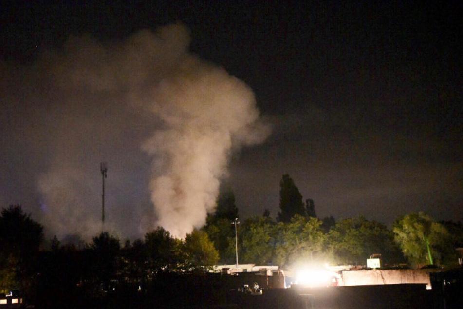 Die Rauchsäule stieg hoch in den Berliner Nachthimmel.