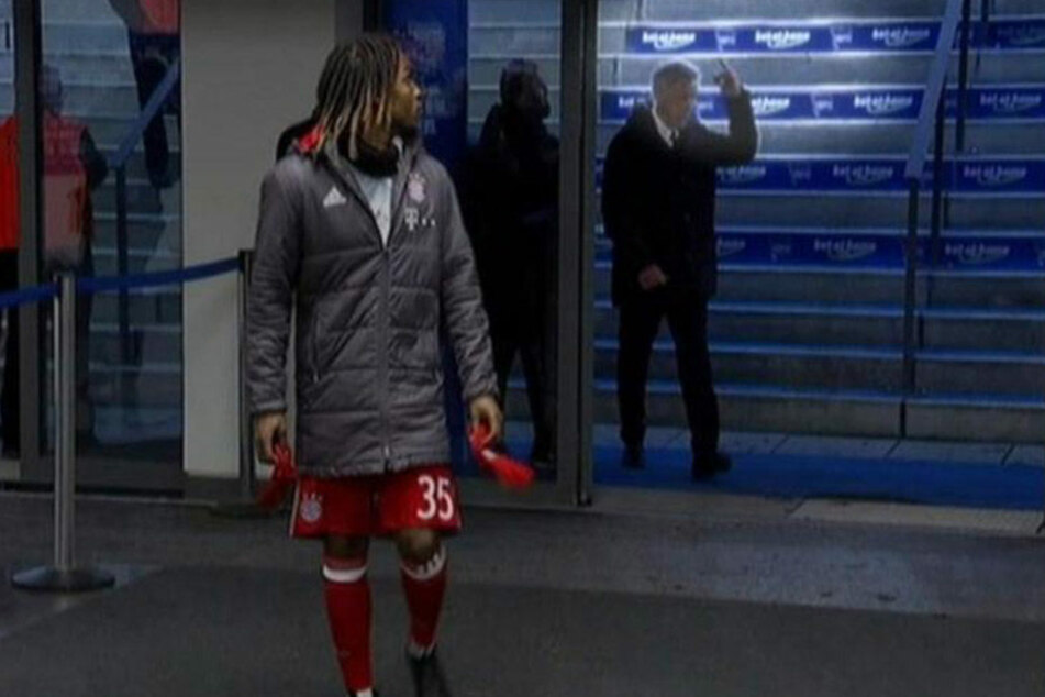 Nach eigenen Angaben wurde der Trainer des FC Bayern nach dem Spiel angespuckt. Daraufhin zeigte er den Mittelfinger.
