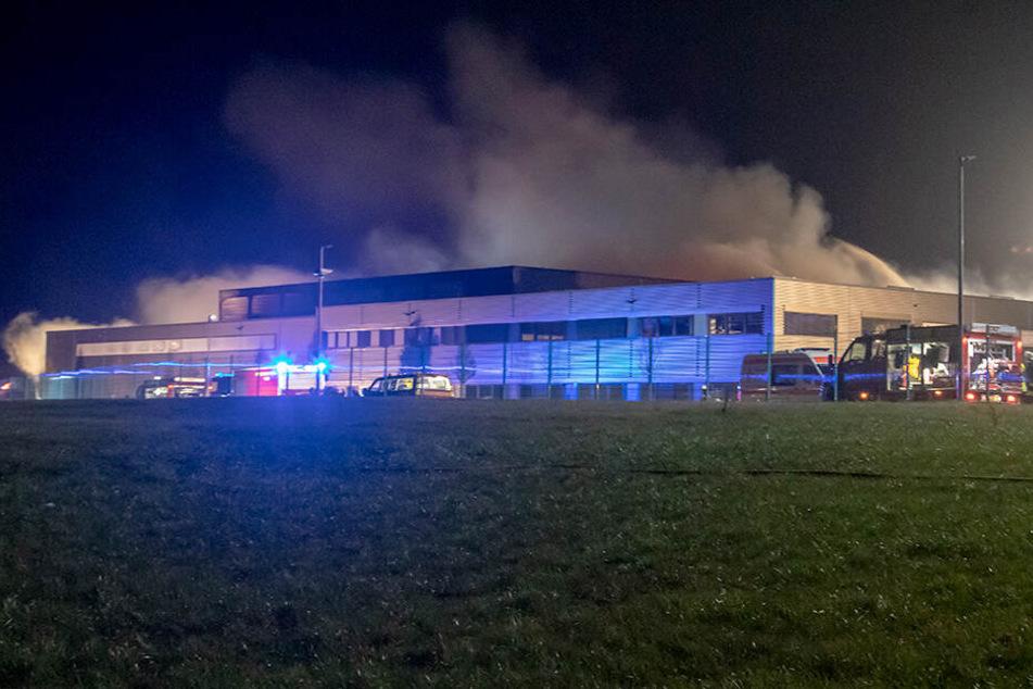 Großbrand in Gewerbegebiet: Löscharbeiten dauern an