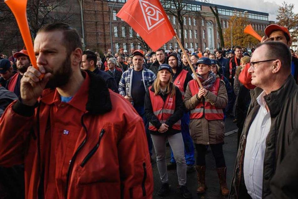 Mitarbeiter demonstrieren gegen den geplanten Stellenabbau.