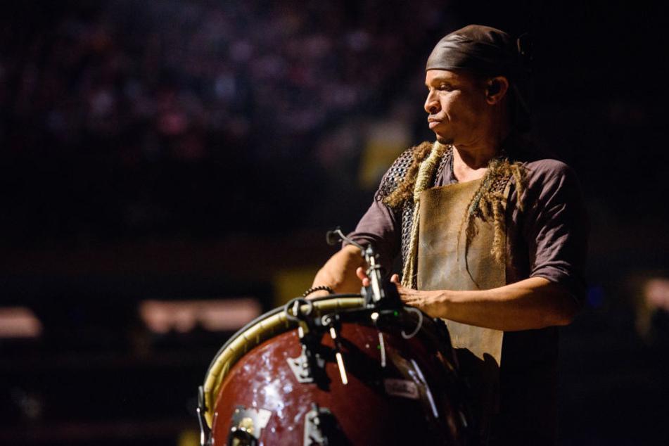 Bei den Konzerten hantieren die Musiker mit mächtigen Instrumenten.
