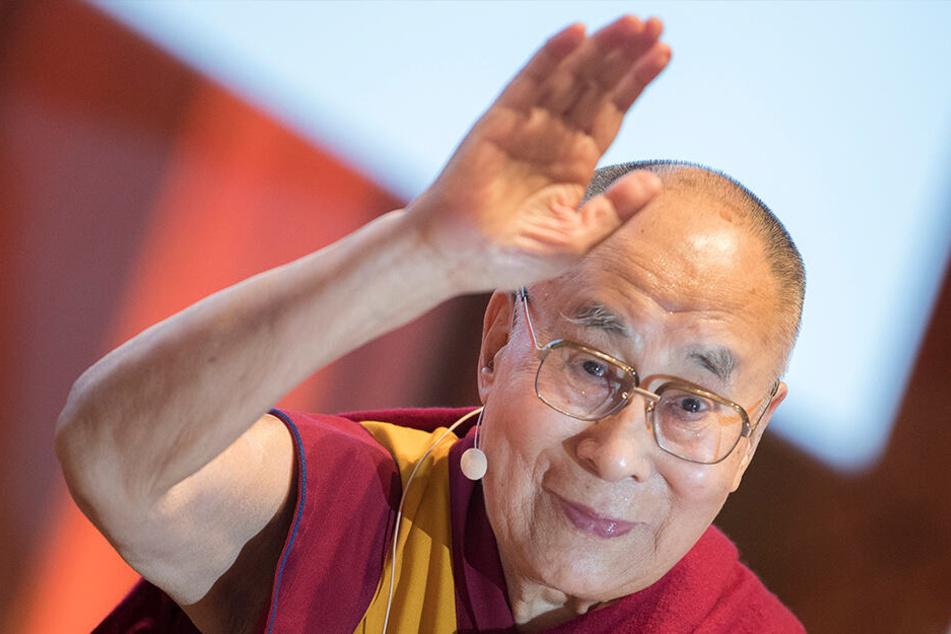 Der Dalai Lama (83) ist in ein Krankenhaus in Neu Delhi gebracht worden.