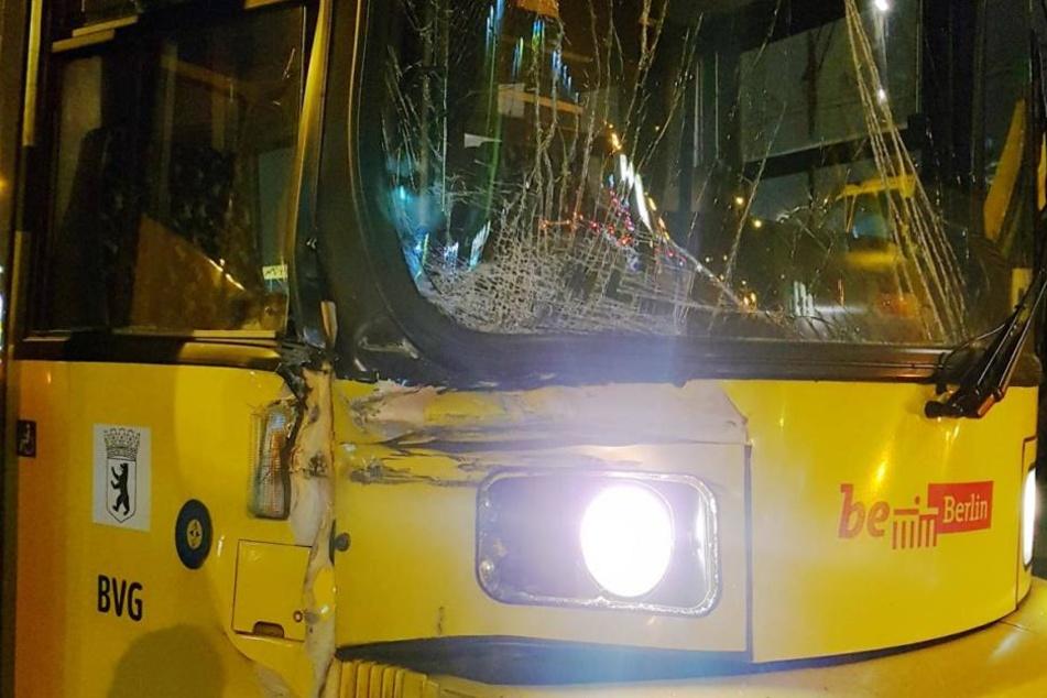 Die Tram wurde bei dem Unfall stark beschädigt