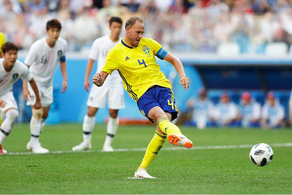 Schwedens Kapitän Andreas Granqvist (r.) erzielt per Elfmeter das entscheidende 1:0 für sein Land.