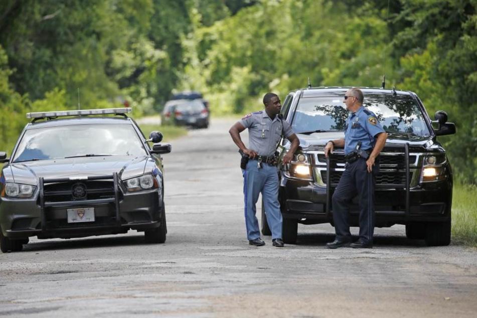 Die Beamten warten nach dem Auffinden des Wagens der Mutter auf den Abschleppdienst.