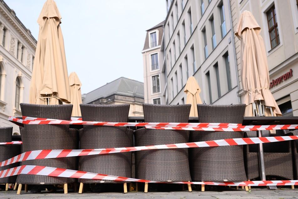 Die Außengastronomie, wie hier am Dresdner Neumarkt, könnte bei einer 14-tägigen Inzidenz unter 100 wieder aufmachen.