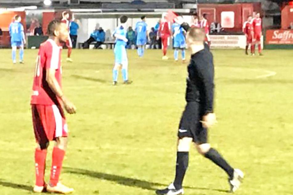 Der Schiedsrichter schickt einen fassungslosen Spieler vom Platz.