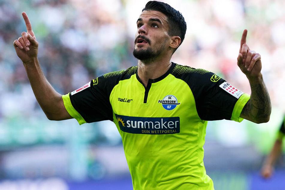 Cauly Oliveira Souza brachte den SC Paderborn 07 mit seinem ersten Bundesliga-Tor beim VfL Wolfsburg in Führung.