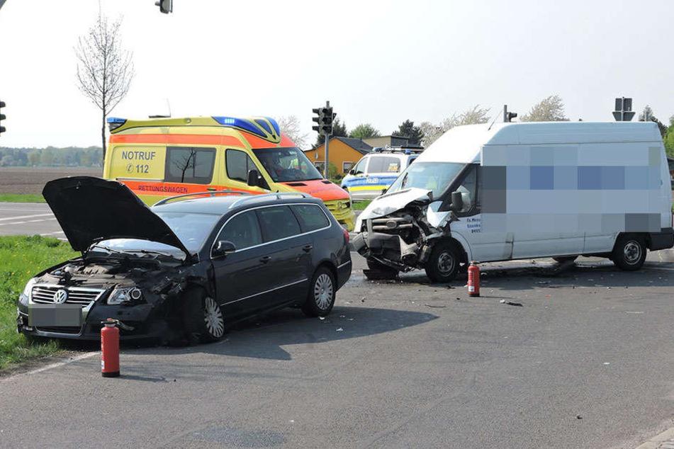 Die Insassen des VW Passats wurden bei dem Unfall schwer verletzt und mussten in ein Krankenhaus gebracht werden.