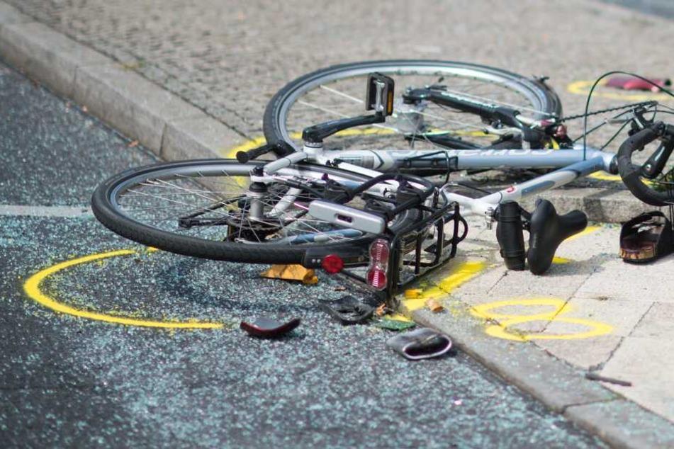Radler liegt nicht ansprechbar auf der Straße: Was ist passiert?