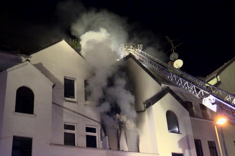 Große Suchaktion bei Wohnhausbrand: Mann lebensgefährlich verletzt
