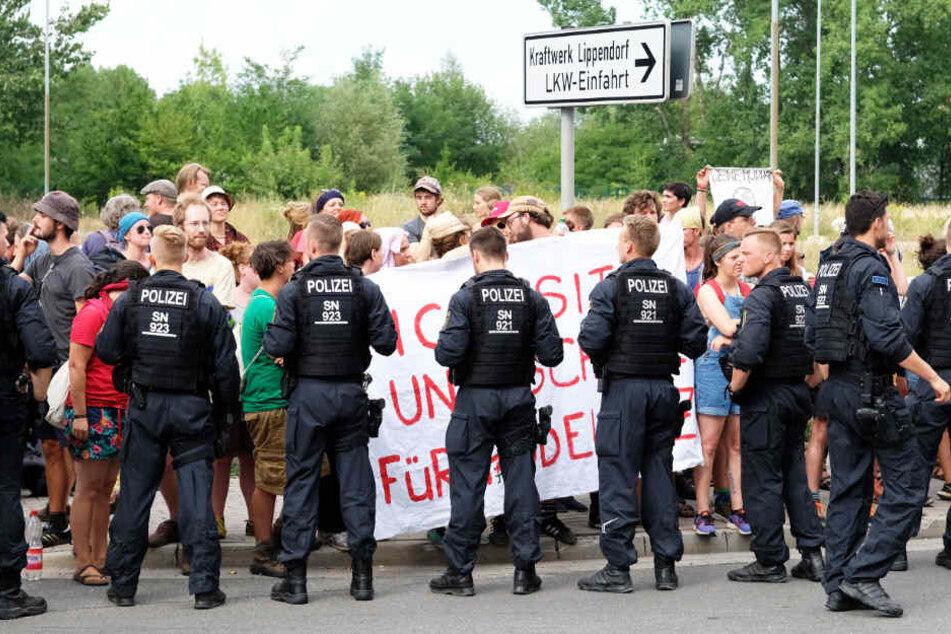 Gingen Polizisten mit Schlagstöcken auf Umwelt-Aktivisten los?