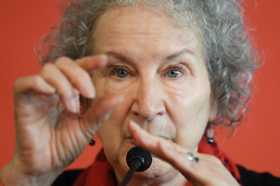Vor allem starke totalitäre Tendenzen sieht Margaret Atwood in beiden Zeiten.