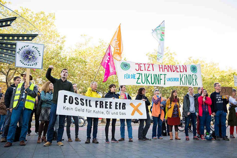 Demonstranten protestieren gegen das Klimapaket vor der Stadthalle in Braunschweig, wo die SPD eine Regionalkonferenz abhält.