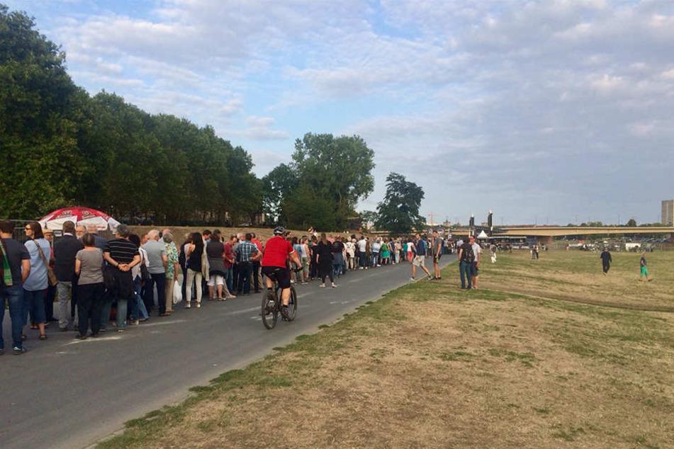 Eine Riesenschlange bei den Filmnächten: Dienstagabend reicht sie bis zur Augustusbrücke.