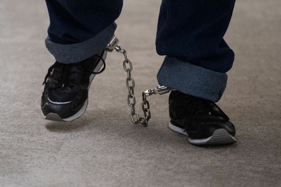 Er sprang mit Fußfesseln ins Auto: JVA-Häftling weiter auf der Flucht