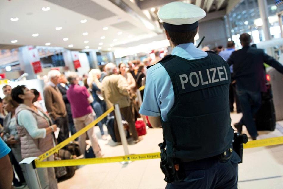 Ein Polizist steht vor dem Sicherheitsbereich im Terminal 1 am Flughafen Köln/Bonn (Archivbild).